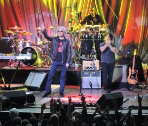 Daryl and John thank the enthusiastic Philly fans. (Photo by Mike Morsch)