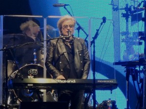 Daryl Hall takes a turn on the keyboards during the performance. (Photo by Mike Morsch)