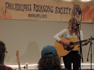 Philadelphia singer-songwriter Lizanne Knott opened the show. (Photo by Mike Morsch)